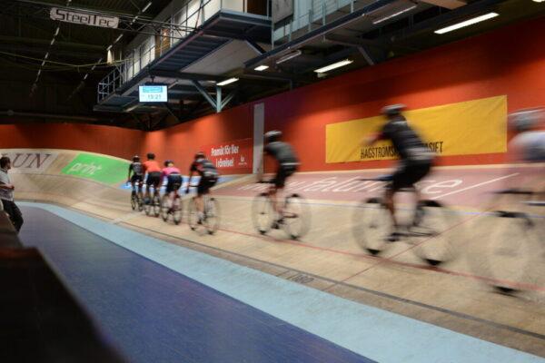 cyklister i velodromen banan