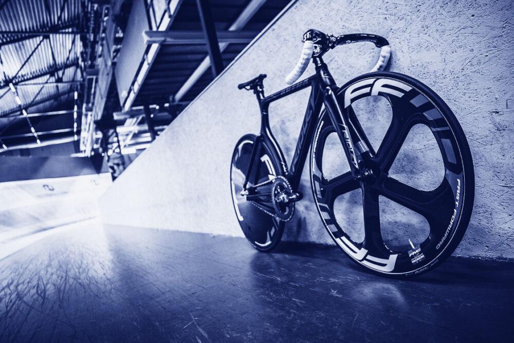 parkerad cykel blåtonad